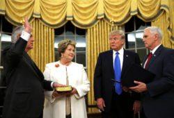 Трамп поручил Тиллерсону наладить отношения с Россией