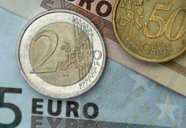 Евро падает накануне заседания ЕЦБ