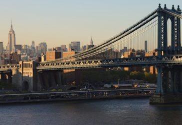 Американцы поздравили Путина плакатом на Манхэттенском мосту