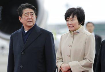 Премьер-министра Японии лишат должности из-за коррупционного скандала