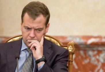 Почти половина россиян поддержали отставку Медведева