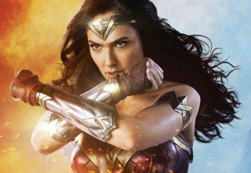 Фанаты «Wonder Woman» прячут мечи за своими спинами