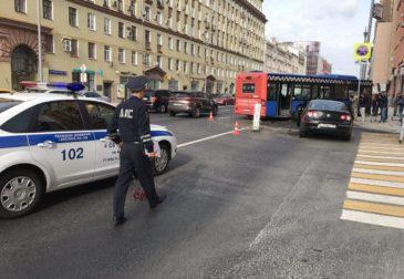 Рейсовый Mercedes-Benz снёс фонарь и повредил новую плитку на Тверской ко дню города