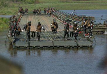 Российские военные под огнем террористов возвели мост через Евфрат