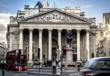 Банк Англии впервые за десять лет повысил ставку до 0,5%