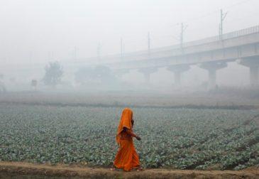 Смог в Индии задал жителям новые модные тенденции