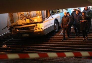 Водитель автобуса на «Славянском бульваре» отвлекался на смартфон
