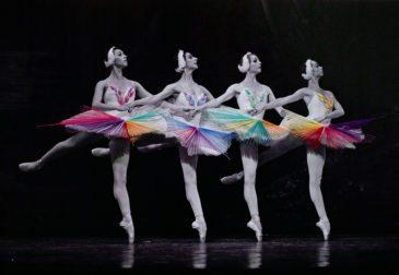 Танец в красочных нитях