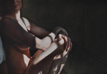 Вуаль света и тени на женском теле