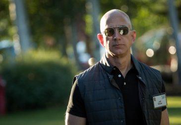 Основатель Amazon Джефф Безос выгуливает собаку-робота