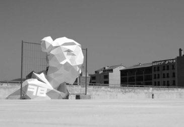 Скульптура, преодолевающая физические границы