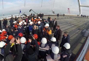 Путин за рулем КамАЗа открыл движение по Крымскому мосту