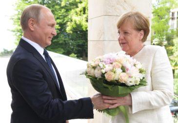 Путин встретил Меркель с букетом роз