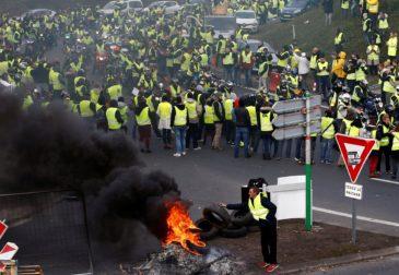 «Желтые жилеты» громят Париж