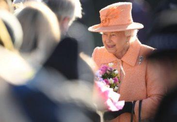 Королева Елизавета II показала всему миру цвет 2019 года