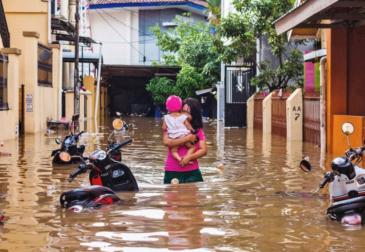 Смерть настигла людей из-за огромного наводнения в Индонезии