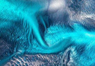 Удивительный снимок двух акул сквозь океанскую волну