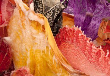 Ледяной букет, созданный из старинных платьев