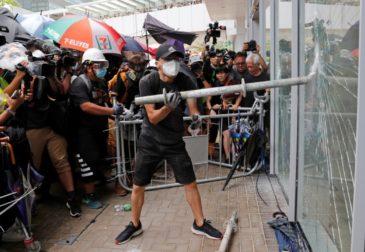 В Гонконге 22-ая годовщина принятия суверенитета сопровождается слезоточивым газом