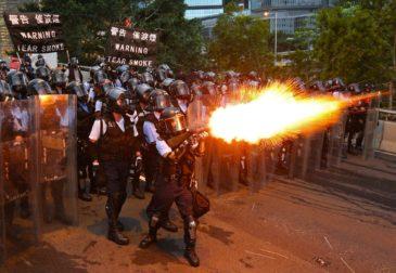 Полиция Гонконга выстрелила боевым снарядом в демонстранта