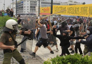Греки набросились на полицию на митингах против беженцев