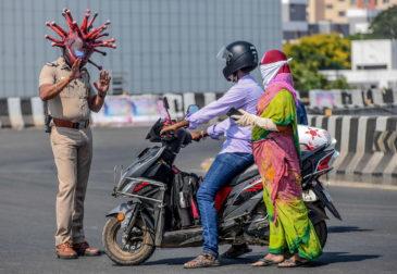 Индийский полицейский переоделся в коронавирус