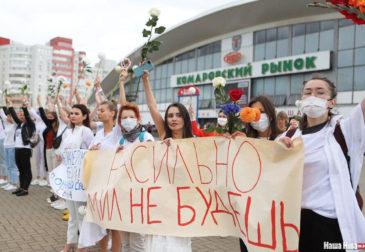 В знак протеста против насилия жительницы Белоруссии вышли на улицы в белом и с цветами