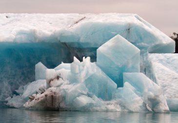 Угловатые скульптуры из айсбергов