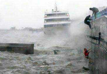 Последствия мощного тайфуна в Японии: без вести пропало судно