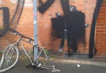 «Давайте получим максимум радости и используем для веселья все то, что сломано»: о чем новое граффити Бэнкси