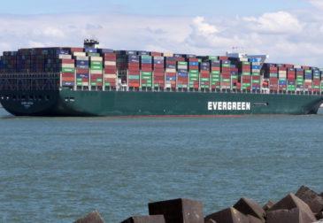 """Застрявшее в Суэцком канале судно """"Ever Given"""" удерживает 9,6 млрд долларов в день"""