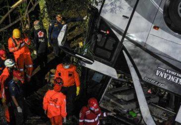Автобус со школьниками сорвался с обрыва
