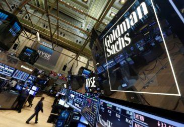 Walmart заманивает банкиров Goldman в борьбу с Уолл-стрит