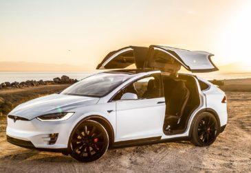 Автомобили Tesla стали работать без водителя