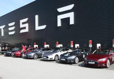 Tesla отзывает около 300.000 автомобилей из Китая